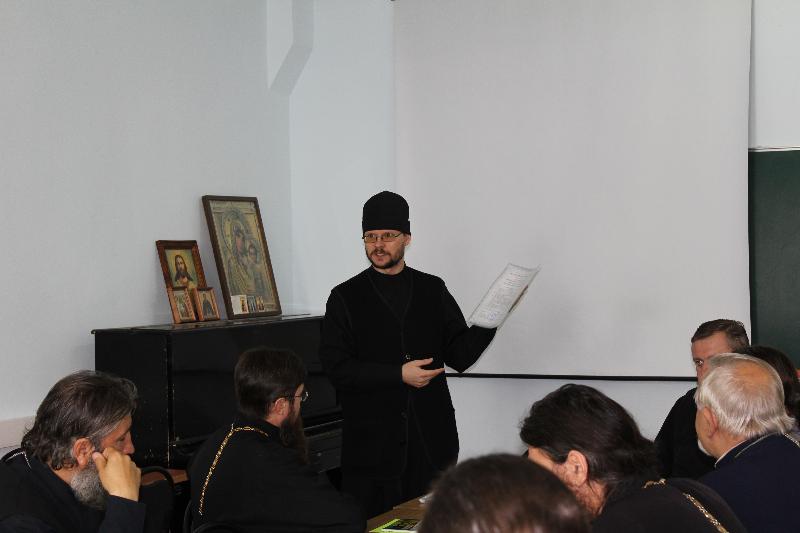 Директор Центра иерей Вячеслав Патрин на вручении удостоверений повышения квалификации клирикам