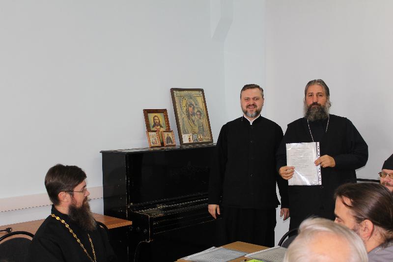 Игумен Гавриил (Куликов) вручает удостоверение выпускнику первой группы клириков